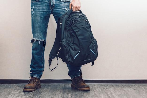 Homme en jeans avec sac à dos