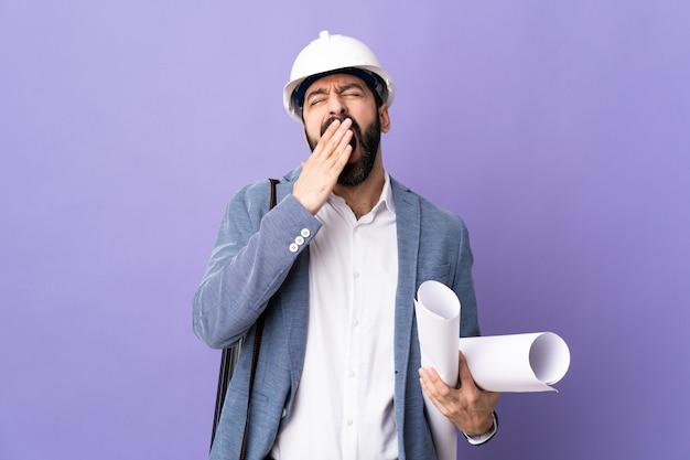 Homme jeune architecte avec casque
