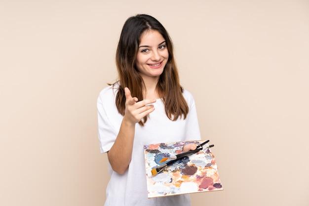 Homme jeune artiste tenant une palette