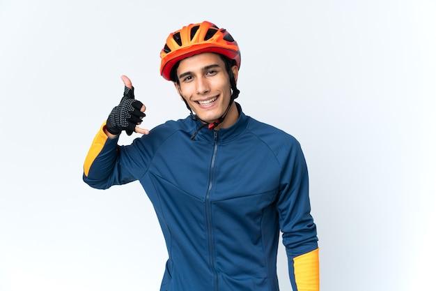 Homme jeune cycliste isolé sur fond faisant un geste de téléphone. rappelez-moi signe