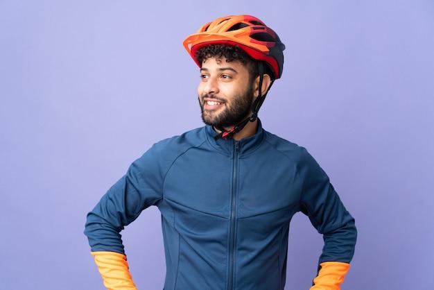 Homme jeune cycliste marocain isolé