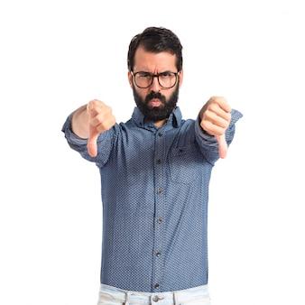 Homme jeune hipster faisant un mauvais signal