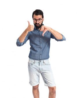 Homme jeune hipster faisant un signe bon-mauvais