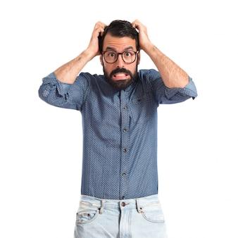 Homme jeune hipster frustré sur fond blanc