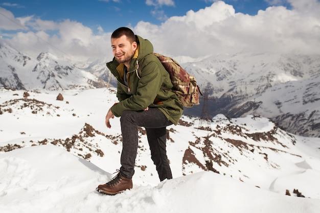 Homme jeune hipster randonnée dans les montagnes, vacances d'hiver voyageant