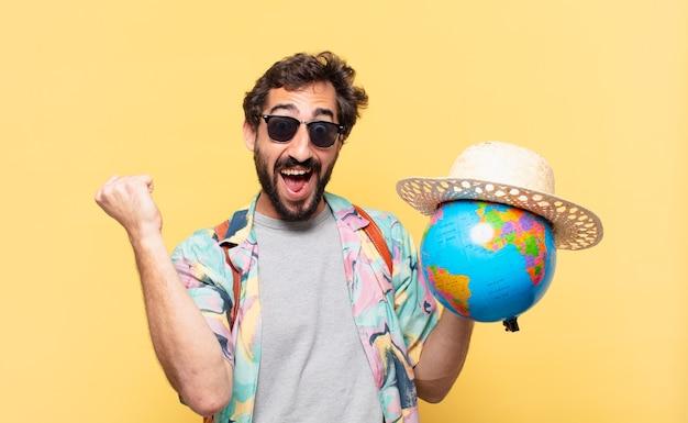 Homme jeune voyageur fou célébrant une victoire réussie