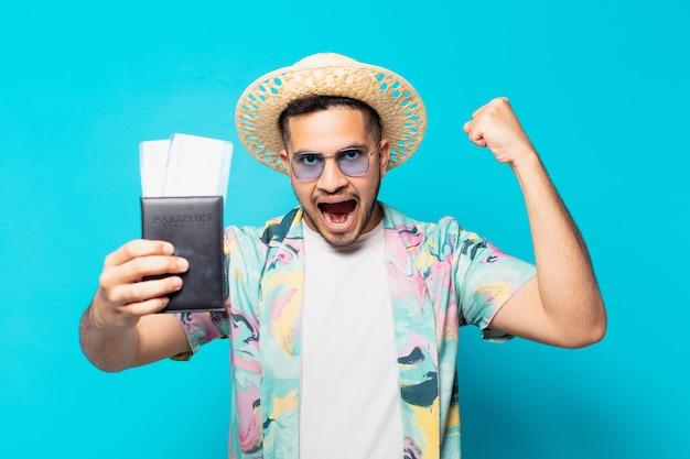Homme jeune voyageur hispanique célébrant une victoire réussie