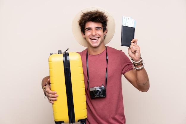 Homme jeune voyageur