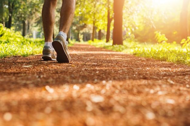 Homme jogging dans le parc tôt le matin