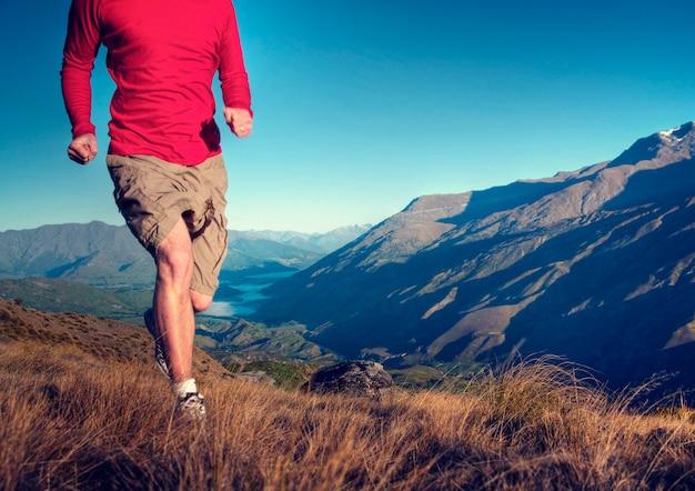 Homme, jogging, montagnes, exercice, bien-être, concept