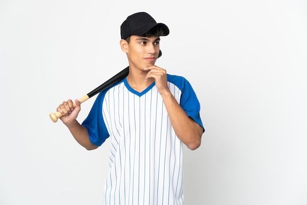 Homme jouant au baseball sur blanc isolé et levant