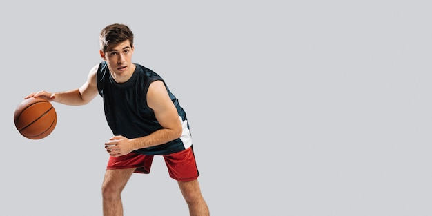 Homme jouant au basket-ball seul avec espace copie