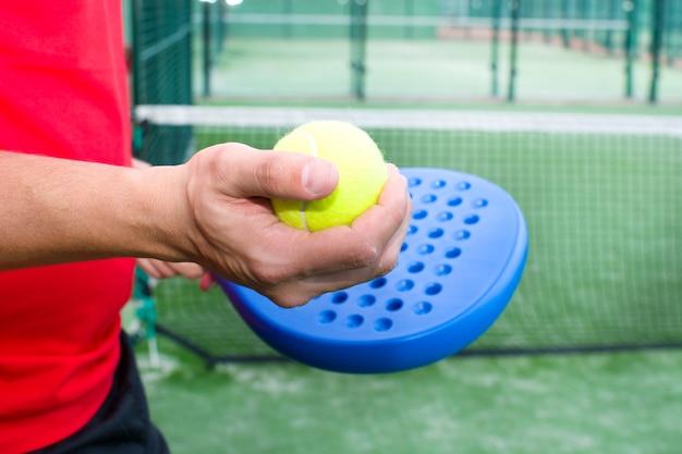 Homme jouant au paddle tennis bouchent