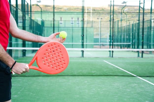 Homme jouant au paddle-tennis