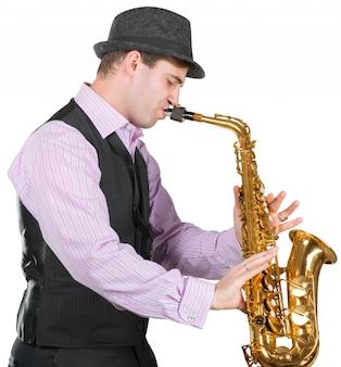 Homme jouant au saxophone
