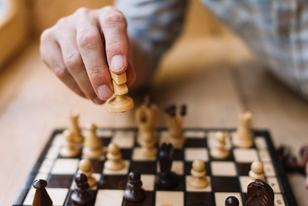 Homme jouant aux échecs