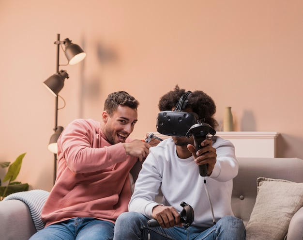 Homme jouant avec un casque virtuel