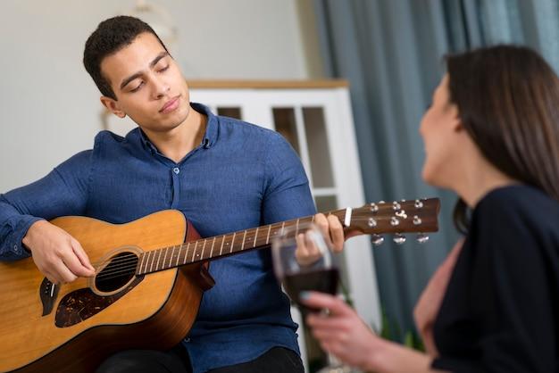 Homme jouant une chanson pour sa petite amie