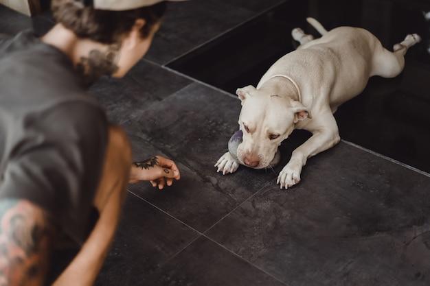 Homme jouant avec un chien