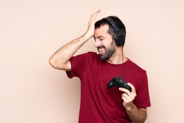 Un homme jouant avec un contrôleur de jeu vidéo sur un mur isolé a réalisé quelque chose et avait l'intention de la solution