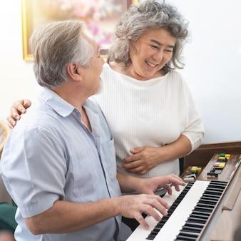 Homme jouant du piano à la maison pour sa femme