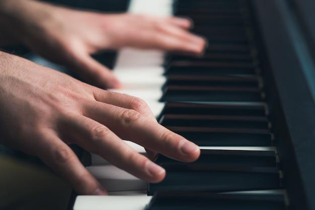 Homme jouant du piano se bouchent