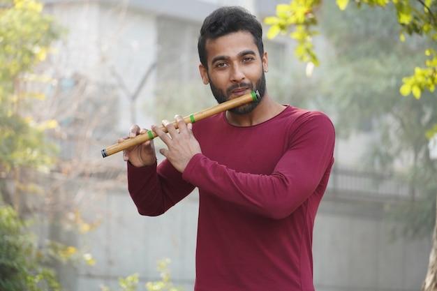 Homme jouant de la flûte - instrument de musique indien