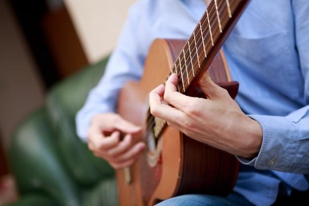 Homme jouant de la guitare acoustique classique