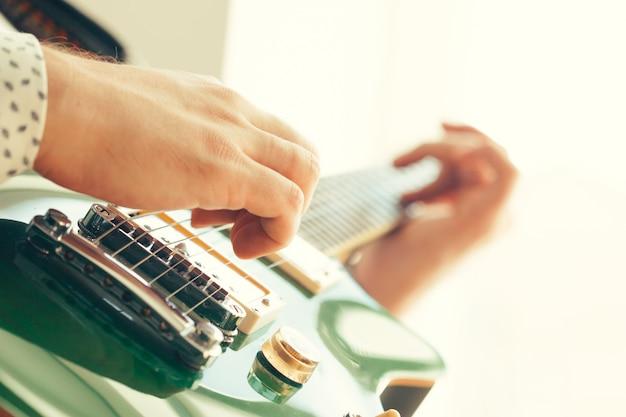 Homme jouant de la guitare électrique