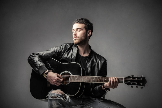 Un homme jouant de la guitare