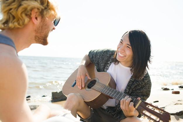 Homme jouant de la guitare