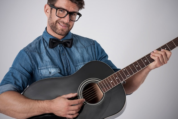 Homme Jouant De La Guitare Photo gratuit