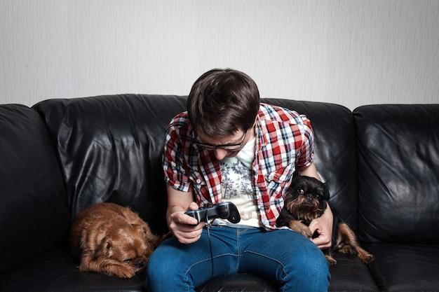 Homme jouant à des jeux vidéo