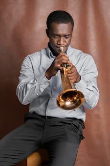 Homme jouant de la musique le jour du jazz