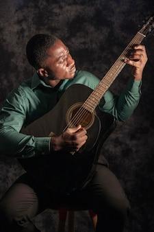 Homme jouant de la musique lors de la journée internationale du jazz