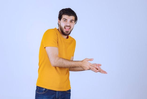 Homme jouant sur scène en se référant aux spectateurs