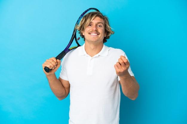 Homme jouant tenis