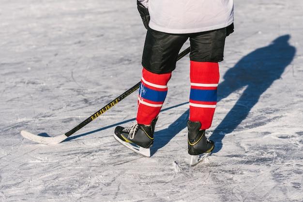 L'homme joue au hockey sur la patinoire