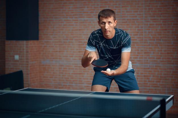 L'homme joue au tennis de table