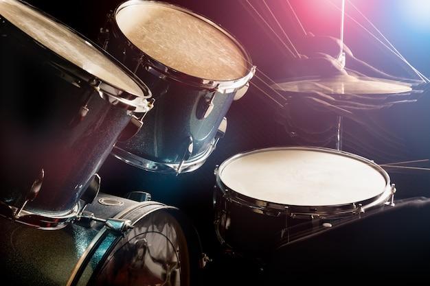L'homme joue de la batterie