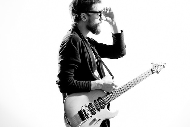 Un homme joue de la guitare électrique, photo noir et blanc