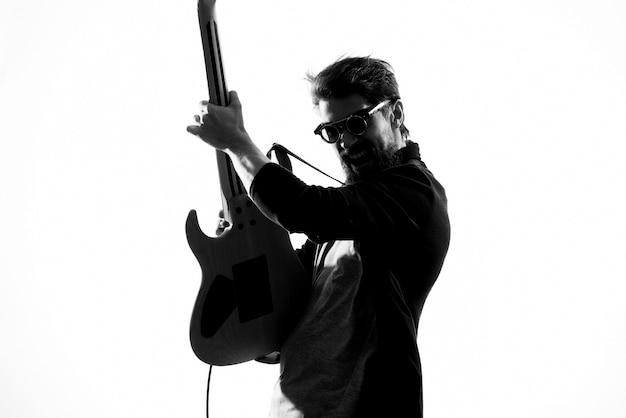 Un homme joue de la guitare électrique, photo en noir et blanc
