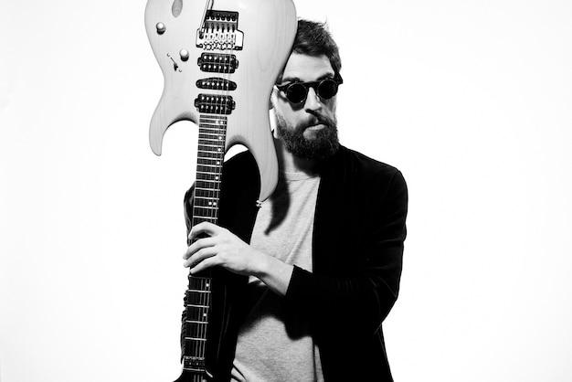 Un homme joue de la guitare électrique