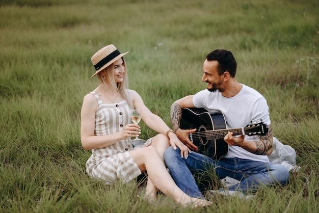 Un homme joue de la guitare de sa copine
