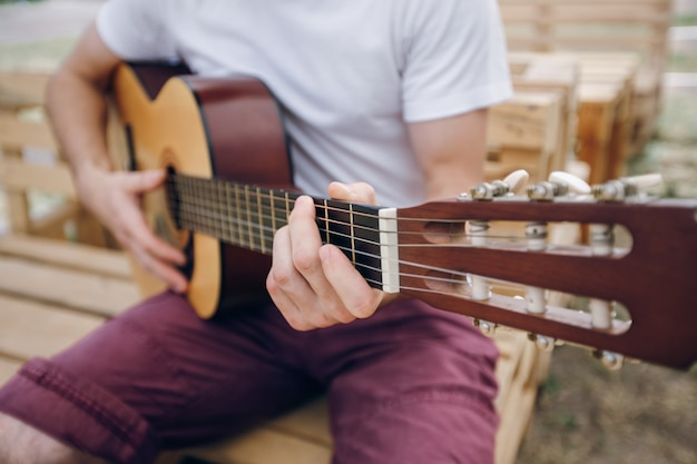 L'homme joue de la guitare