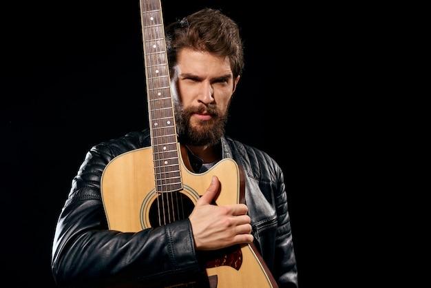 Un homme joue de la guitare