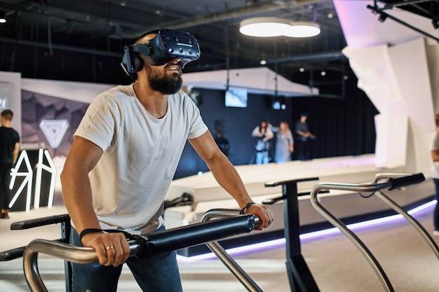 L'homme joue avec des lunettes de réalité virtuelle, tient le contrôleur dans ses mains