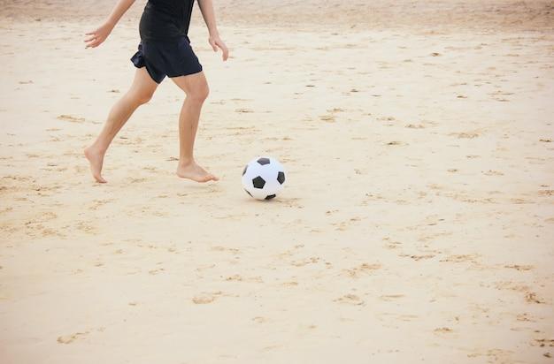 Homme, jouer, football, balle, plage