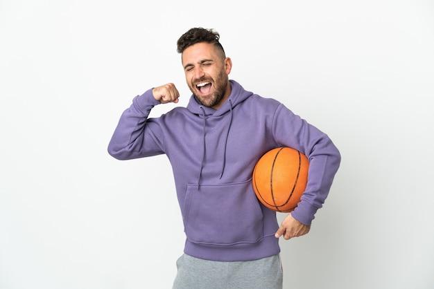 Homme de joueur de basket-ball isolé sur fond blanc célébrant une victoire