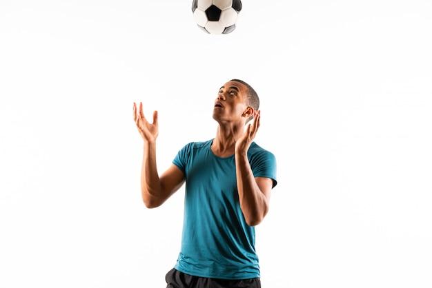 Homme de joueur de football afro-américain sur blanc isolé